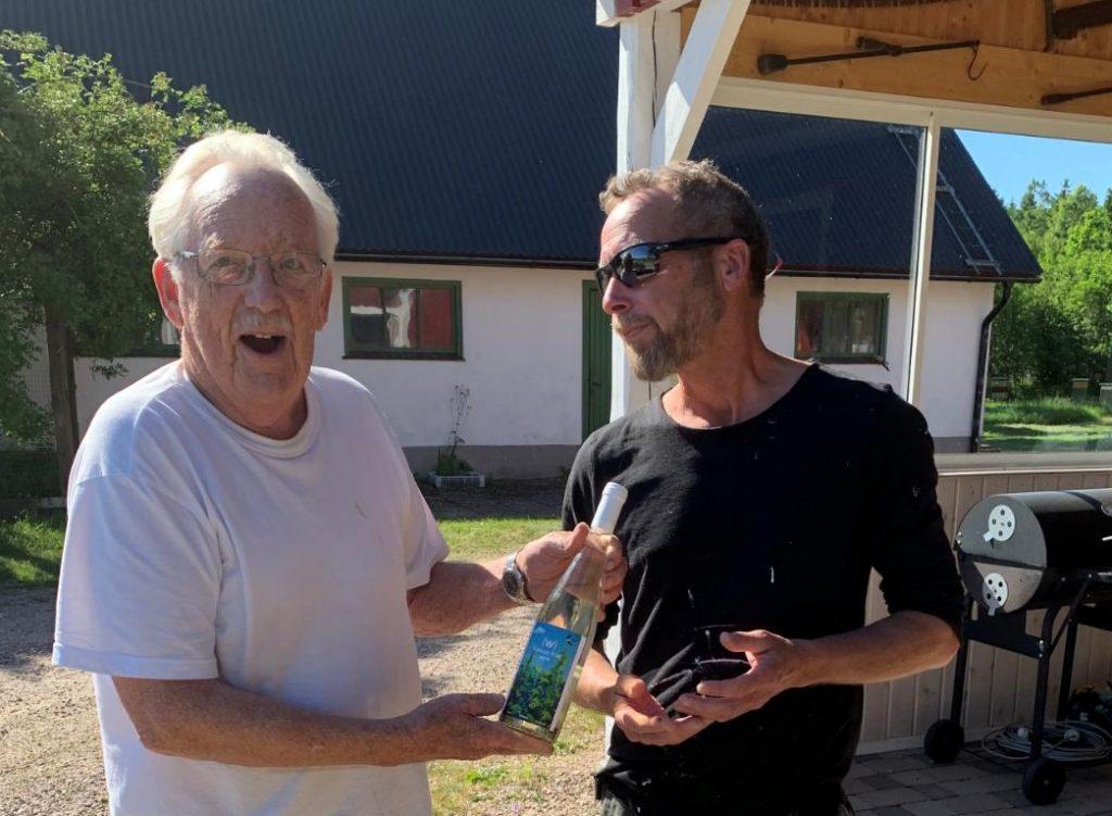 Första vinet gåva till markägare Gert